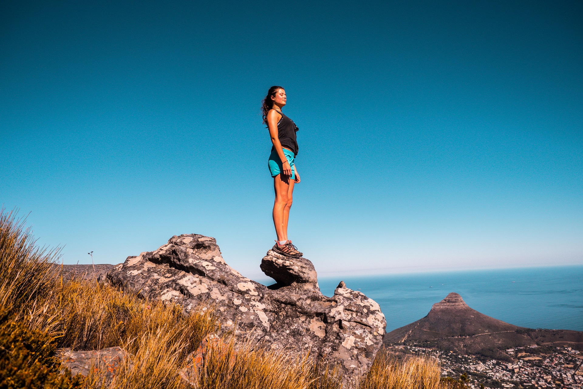 Woman stands on Table Mountain ©Tembela_Bohle