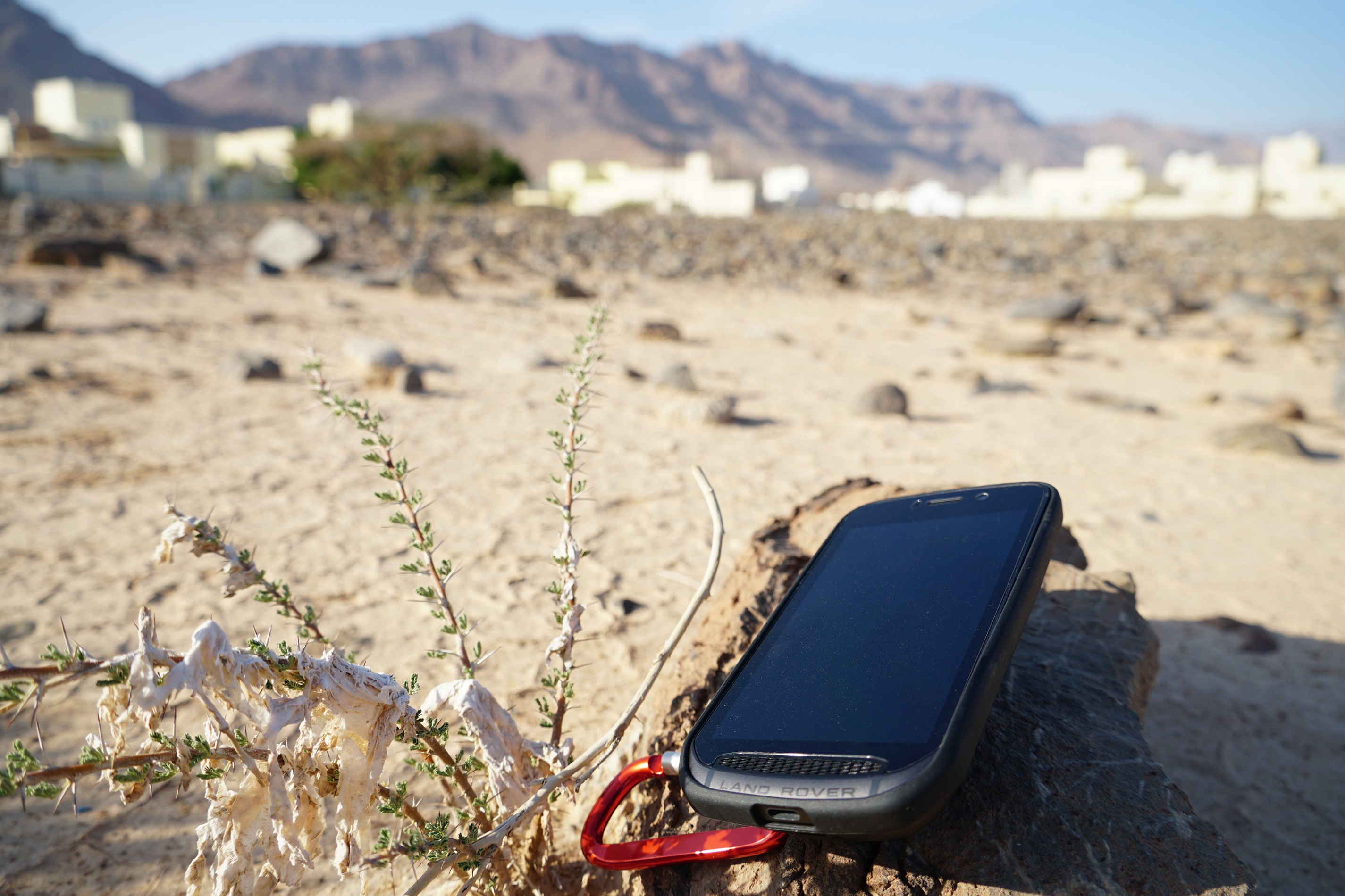 The Explore phone in the hot Oman sunshine | Land Rover Explore